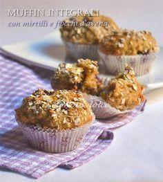 Muffin integrali con mirtilli e fiocchi d'avena, ricetta senza burro I muffin integrali con mirtilli e fiocchi d'avenasono dei dolcetti golosi, buoni e sa