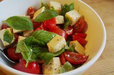 #Tofusalat ist super als leichtes Abendessen geeignet. Das Rezept findet ihr auf meinem Blog www.veganerezepte.eu   #tofu #tomate #tomatoes #salad #salat #basilikum #basil #recipe #rezept #veggie #vegan #vegetarian #fresh #healthy #cooking #food #kitchen