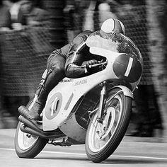 Vintage Motorcycles Mike Hailwood…Honda six… - Vintage Honda Motorcycles, Honda Bikes, Racing Motorcycles, Custom Motorcycles, Valentino Rossi, Grand Prix, Course Moto, Enduro Vintage, Honda Motorbikes
