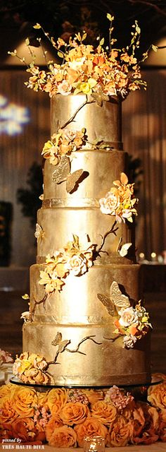 Golden Wedding Cake / Beautiful Details this would look so regal with purple flowers Beautiful Wedding Cakes, Gorgeous Cakes, Pretty Cakes, Amazing Cakes, Metallic Cake, Dream Cake, Gold Wedding, Bronze Wedding, Autumn Wedding