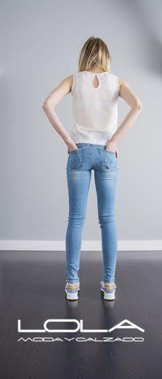 La ropa buena te sienta bien, las marcas buenas te sientan bien.  Pincha este enlace para comprar tu camiseta en nuestra tienda on line:  http://lolamodaycalzado.es/primavera-verano/609-camiseta-de-tirantes-blanco-y-tul-salsa.html