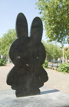 Nijntje (graniet en brons), gemaakt door Marc Bruna, de zoon van Dick Bruna.