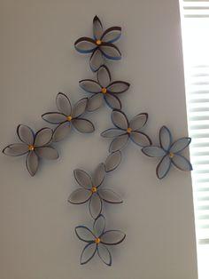Ideas de Flores de rollos de papel hinico con pintura acrylica y piedritas de cores