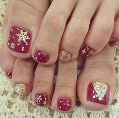 Here I have 15 Christmas toe nail art designs, ideas & stickers of Get the glimpses of these awesome Xmas nails and do revert us with your feedback. Christmas Toes, Christmas Gel Nails, Christmas Nail Designs, Holiday Nails, Gold Christmas, Holiday Fun, Simple Christmas, Merry Christmas, Nail Art Designs 2016