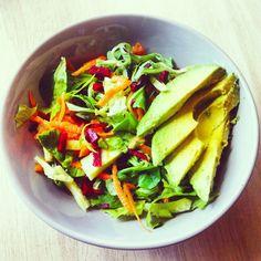 Ensalada de lechuga, zanahoria, remolacha, pepino y aguacate