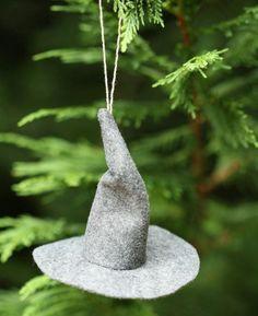 Feltro cinza e um pouquinho de habilidade em costura. É tudo que se precisa para fazer este chapéu do Gandalf.