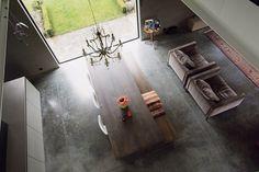 Vloer: gepolierde betonvloer Muren: bestaande buitenmuur gekaleid, pur-isolatie aan binnenzijde en nieuw binnenspouwblad in snelbouwmetselwerk Minimale plinten Ramen met dunne profielen