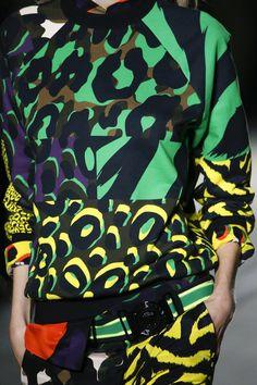 Versace Spring 2016 Ready-to-Wear Collection - Vogue #printmixing #animalprint