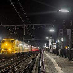 Oertreinen weer even in Bodegraven BODEGRAVEN - Terug van weg geweest. Gisteravond reden de oertreinen weer in Bodegraven waar de geschiedenis van de gele-V ook begonnen is. De allereerste V'tjes in het geel warend e 431-438 die reden proef tussen Utrecht-Leiden. Na 39 jaar - af en toe een kleine wijziging tussendoor - viel het doek voor de oertreinen en kwam de waggele VIRM in de plaats. Gisteravond kwamen vanuit Maastricht drie stellen naar Leiden. Vanwege werkzaamheden dit weekend rijdt…