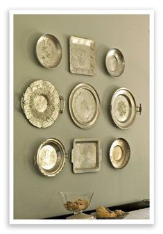 love silver and I love this look. *And just so happens i collect this type pf trays! - LI love silver and I love this look. *And just so happens i collect this type pf trays! Silver Platters, Silver Trays, Silver Tray Decor, Aluminum Tray, Plate Display, Flower Wall Decor, Displaying Collections, Plates On Wall, Plate Wall Decor