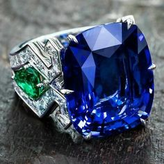 Dive into infinite blue with this 23 carat sapphire… Burmese cushion-cut sapphire set with emeralds and diamond baguettes Plongez dans le bleu infini de ce saphir 23 carats… Saphir birman coussin serti d'émeraudes et diamants baguettes Sapphire Jewelry, Diamond Jewelry, Silver Jewelry, Vintage Jewelry, Jewelry Box, 925 Silver, Handmade Jewelry, Women Jewelry, Jewellery