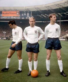 Greaves e os irmãos Charlton esperando o começo do jogo em 1965.