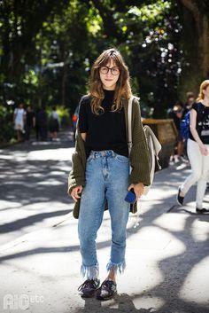 mom jeans, rio etc, street style, jeans cropped, jeans com barra desfiada, t-shirt preta gola alta, cardigã verde musgo, tênis, óculos redondinho, mochila oof white