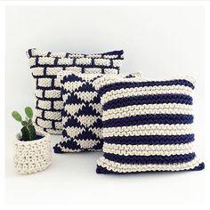 """633 curtidas, 12 comentários - Srta. Galante (@srta.galante) no Instagram: """"¡Hola señoritas! Nossas almofadas em tricot trazem aconchego e sofisticação para qualquer ambiente.…"""" Crochet Cushion Cover, Crochet Cushions, Knit Or Crochet, Crochet Pillow Patterns Free, Crochet Mandala Pattern, Knitting Designs, Knitting Patterns, Tooth Fairy Pillow, Crochet Home Decor"""