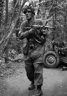 German ( paratrooper?) soldier packing a MP-40 Sub-Machinegun.
