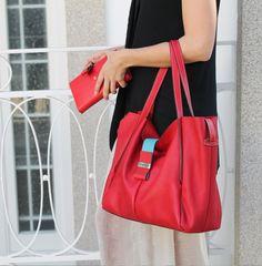 Primavera Verão | 15 Summer Spring | 15   Mala Handbag Referência/Reference 209 Cor/Color Vermelho Red Dimensões (PxLxA) Dimensões (DxWxH) 16x36x30cm  Porta-Moedas Purse Referência/Reference 637 Cor/Color Vermelho Red Dimensões (PxLxA) Dimensões (DxWxH) 3x20x11cm