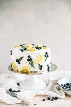 Lemon Blueberry Cake with Lemon Buttercream -Lemon blueberry cake with lemon buttercream! This layer cake is studded with fresh blueberries, filled with lemon curd and frosted with lemon buttercream. Spring Cake, Summer Cakes, Spring Desserts, Spring Recipes, Easter Desserts, Desserts Printemps, Mousse Au Chocolat Torte, Cake Decorating Courses, Lemon Buttercream