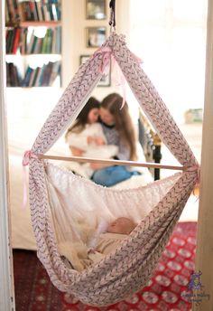 Med en slyngevugge kan den lille sove der du er. Her sover Selje i slyngevuggen mens den henger i en døråpning ved hjelp av en karmkrok.
