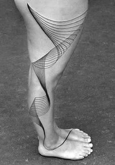 Chaim Machlev - Tatouages - Des lignes qui s'entrecroisent et une Esthétique Minimaliste - Véritables Ouvres d'Art Géométriques, les Dessins se répandent sur des Bras, des Jambes, des Torses ou des Dos Entiers