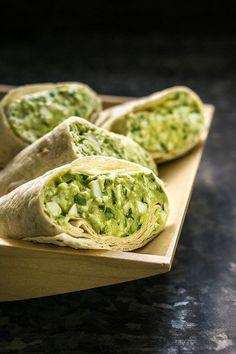Díky avokádu je i salát bez majonézy krásně krémový a poslouží jako sytá snídaně nebo zdravá večeře; Tomáš Rubín