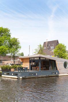 Schwimmendes Zuhause - Ein Paar hat sein Haus nicht auf festem Grund bauen lassen. Es geniesst das Wohnen auf einem selber designten Hausboot vor Amsterdams Kulisse.