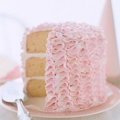 Ruffles = sweet. Ruffles on cake = Sweetest! Learn how! 5 tutorials at diyordont.blogspot.com. (pic via southernflorish.com)