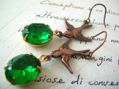 Orecchini con rondini e pietre verdi ~ Earrings with swallows and green stones - di luialeihandmade #DIY via it.dawanda.com