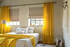 rideaux en lin, chambre à coucher en blanc et jaune