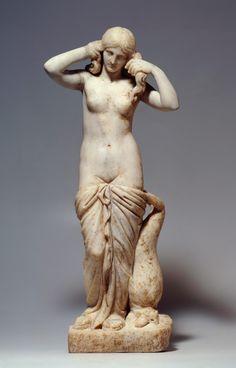 Statuette der Aphrodite 'Anadyomene'. Angeblich aus Kreta, 2. Jh. n. Chr., Marmor, Höhe 63 cm. © Staatliche Museen zu Berlin, Antikensammlung, Foto: Johannes Laurentius