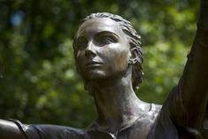 Détail de la statue de Jeanne d'Arc à Notre-Dame de Bermont