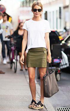 Minissaias são a cara do verão. Se inspire nesse look descontraído com saia verde militar e sandália plataforma para montar o seu.