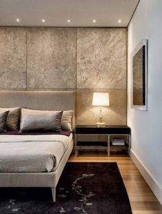 Na suíte do casal, uma das paredes é revestida de travertino (MG Mármores). a cama da B&B italia (Neo design) contrasta com o tapete da odegard (sandra & Márcio objetos de arte).