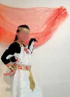 """Dans le cadre de """"Noël à Sanary"""", j'ai accueilli de nombreux enfants à l'espace Saint-Nazaire, mis à l'heure de l'Egypte antique. Ce jour-là, nous avons créé de nombreux bijoux originaux, brillants, fous et les enfants se sont régalés!!! Bling Bling, Saint Nazaire, Costume, Christmas Picture Frames, Egyptian Jewelry, Originals, Outer Space, Children, Costumes"""