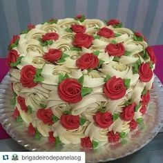 Elegant ❤❤❤ with ・・・ Rosas marfim + mini rosas vermelhas ❤️ Cake decorating ideas Gorgeous Cakes, Pretty Cakes, Cute Cakes, Amazing Cakes, Fun Cupcakes, Cupcake Cakes, Mini Cakes, Super Torte, Patisserie Fine