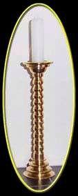 Kandelaar gedraaid uit messing, incl. kaars 10 cm hoog.