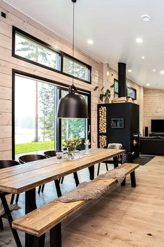 Black log house in a rural setting – Honka – Black log house in a rural setting – Honka – home Modern Cabin Interior, Modern House Design, Modern Cabin Decor, Small Modern Houses, Modern Wood House, Small Modern Cabin, Modern House Floor Plans, Country Modern Home, Modern Lake House