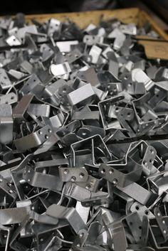 TEHDÄÄN HYVIN | HANDMADE QUALITY Työvaihe: Modulisohvien kiinnityskoukkuja | Craft: Connecting hooks for sectionals Tuotantolinja: Sohvat | Production line: Sofas  #pohjanmaan #pohjanmaankaluste #käsintehty