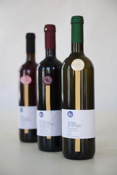 """""""Το κρασί είναι εμφιαλωμένη ποίηση"""" είχε πει κάποτε ένας Σκωτζέζος συγγραφέας. Στην Κορινθία, το ξέρουμε καλά. Στο Yialo-Yialo ακόμα καλύτερα. Απ' τη μεγάλη λίστα κρασιών μας, αξίζει να δοκιμάσετε αυτά που εμφιαλώνουμε μόνοι μας: Λευκό, Ροζέ και Κόκκινο. © Vicky Lafazani"""