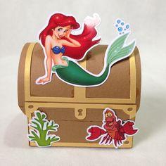 Invista no diferencial de um produto totalmente personalizado!  Linda caixa baú, a decoração de sua mesa ficará incrível e diferenciada.    **PEDIDO MINIMO 5 UNIDADES  Tamanho 6,5cm alt.x 7cm comprimento x 4,5cm largura.    Trabalhamos com diversas temas , fazemos tudo personalizado de acordo com... Ariel Mermaid, Ariel The Little Mermaid, 7th Birthday Party Ideas, Mermaid Theme Birthday, Little Mermaid Parties, Balloon Decorations, Party Time, Disney, Turtle Party