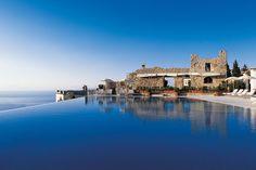 """Kaum zu toppen ist die Aussicht vom Fünf-Sterne-Hotel Caruso by Orient Express an der Amalfiküste in Italien. Eines der Highlights ist der große Infinity-Pool, von dem ein Urlauber auf Tripadvisor schwärmt: """"Man hat das Gefühl, man schwimmt ins Meer."""""""