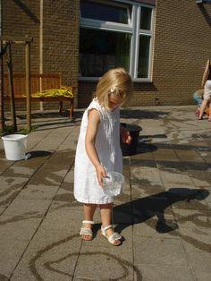 www.kommee.com | Buitenspelen | als er een gaatje in het bakje zit... Outdoor Learning, Outdoor Play, Outdoor Activities, Water Art, Water Play, Waldorf Kindergarten, Fun Projects For Kids, Cool Kids, School