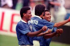 Copa de 1994 - Ao lado de Mazinho e Romário, Bebeto comemora gol brasileiro sobre a Holanda pelas quartas de final da Copa