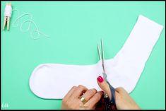 Astuce bricolage ! Cette dame a réussi à créer un objet très joli avec seulement une chaussette. De plus c'est fort amusant à faire, et très simple! Voici la technique : Couper une chaussette en deux, et la tourner à l'envers puis attacher avec un fil l'extrémité. Ensuite, la remettre à l'endroit. Remplir de riz,...