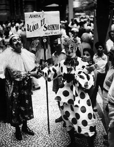 No carnaval de 1919, Júlio Silva desfilou pela primeira vez o Bloco do Eu Sozinho e, pelos sessenta anos seguintes, continuou divertindo os foliões com sua fantasia de clown, piadas mordazes e a indefectível tabuleta.  Bloco do Eu Sozinho  Rio de Janeiro, 2 de março de 1957. Correio da Manhã