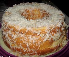 Ingredientes para o bolo: 150 gramas de manteiga 1 ½ xícara (chá) de açúcar 1 colher (sopa) de fermento em pó 4 claras em neve 2 xícaras (chá) de farinha de trigo ½ xícara (chá) de leite em temperatura ambiente 200ml de leite de coco Manteiga para untar Farinha de trigo para polvilhar Ingredientes para… Cupcake Cookies, Cupcakes, Pastel, Coco, Doughnut, Pineapple, Food And Drink, Pie, Desserts