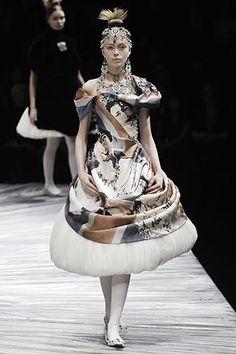 Alexander McQueen Fall 2008 Ready-to-Wear Collection - Vogue Alexander Mcqueen, Alex Mcqueen, King Alexander, High Fashion, Fashion Show, Fashion Design, Women's Fashion, Fashion Gallery, Female Fashion