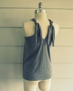 Oh how I LOVE ME a good tank top!!!!  Giving this one a try <3  found at www.Wobisobi.blogspot.com