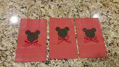 Juego de 3 Mickey inspiró bolsas favor de regalo. Rematado con un lazo de lunares.  Si quieres un bolso de color diferente a mensaje para ver lo que hay en stock.