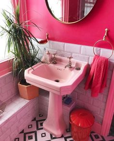 Pink bathroom please x - Modern Bathroom Red, Bathroom Interior, Pink Bathroom Vintage, Retro Bathrooms, Boho Bathroom, Easy Home Decor, Home Decor Trends, Shabby Chic Furniture, Deco Retro