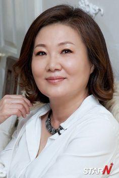 Kim Hae-sook (김해숙) - Picture @ HanCinema :: The Korean Movie and Drama Database Asian Woman, Asian Girl, Asian Ladies, Korean Drama Stars, Mom Hairstyles, Dream Hair, Celebs, Celebrities, Beautiful Asian Women